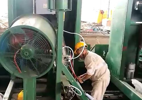 大工人工程师正在印尼安装设备