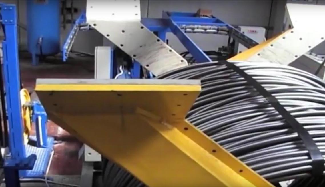 大工人全自动钢带打捆机打捆钢丝卷正在打捆
