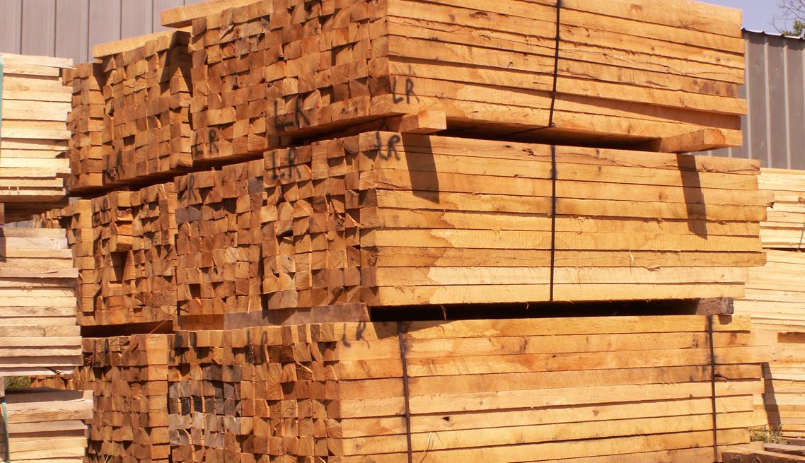 大工人全自动钢带打捆机打捆木材存放区